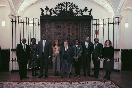 La Delegación Ghanesa junto a Francisco Fernández Marugán, Defensor del Pueblo en España. Imagen obtenida de Flickr ARAP Ghana